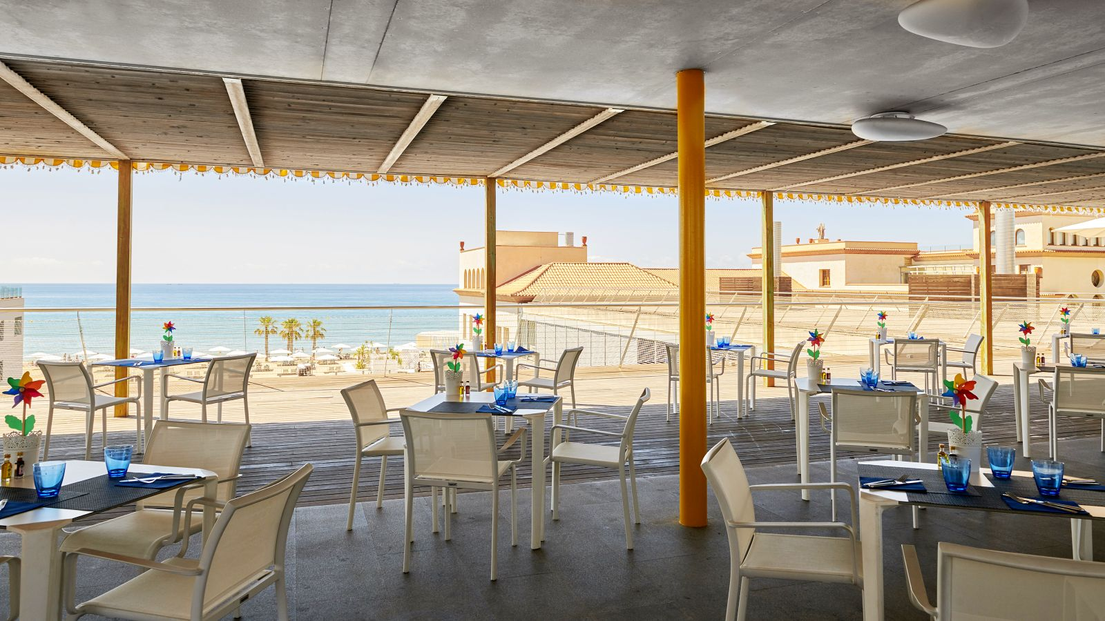 Hotel with outdoor swimming pool with sea view in Tarragona